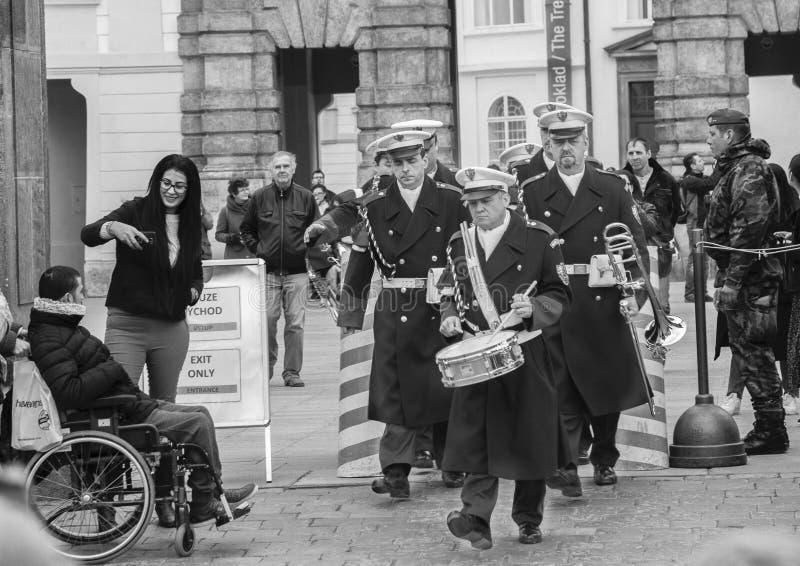 Praga, republika czech - Marzec 13, 2017: Militarni muzycy przechodzą turysty Czarny i biały wizerunkiem obraz royalty free