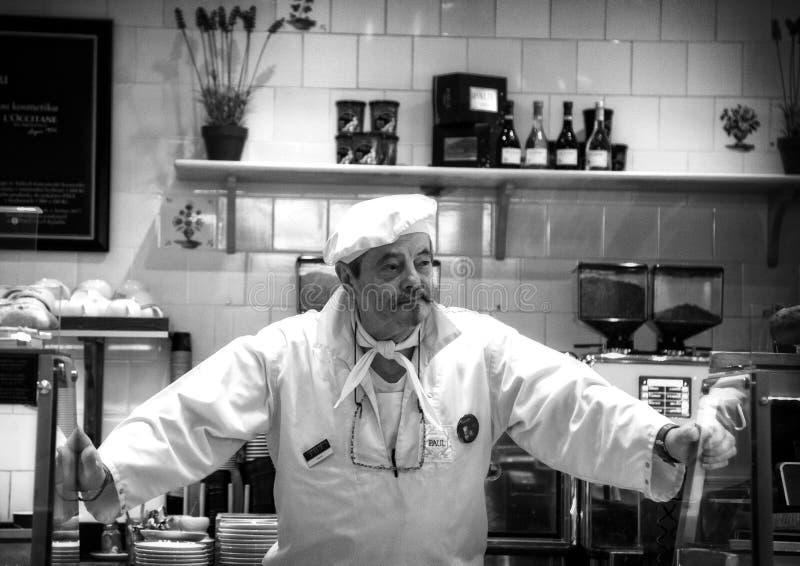 Praga, republika czech - Marzec 13, 2017: Starszy ciasto szef kuchni przy odpierającym cukiernianym Czarny i biały wizerunkiem fotografia stock
