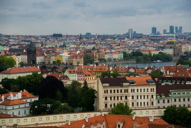 Praga, republika czech: Odgórny widok czerwień zadasza linia horyzontu Praga miasto, republika czech Widok z lotu ptaka Praga mia fotografia stock