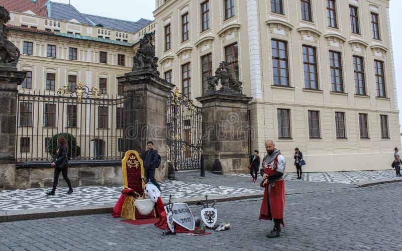 Praga; Republika Czech; Październik 18, 2017; Praga uliczny rycerz p obrazy royalty free