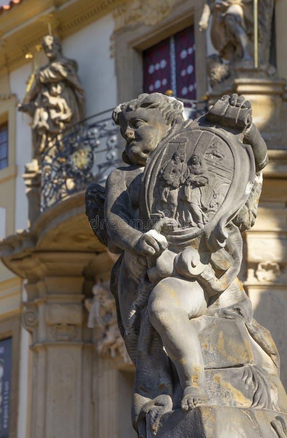 PRAGA, republika czech - PA?DZIERNIK 14, 2018: Barokowy anio? przed fasad? Loreto ko?ci?? - projektuj?cy Kilian Ignac 1772 zdjęcie royalty free