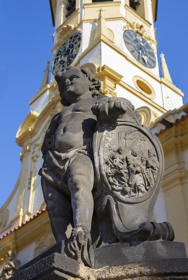 PRAGA, republika czech - PA?DZIERNIK 14, 2018: Barokowy anio? przed fasad? Loreto ko?ci?? - projektuj?cy Kilian Ignac 1772 obrazy stock