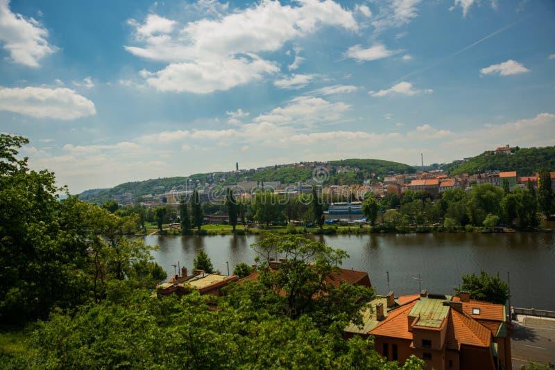 Praga, republika czech: Panoramiczny widok Praga Vltava i republika czech rzeka od Wyszehradzkiego fortecy zdjęcia stock