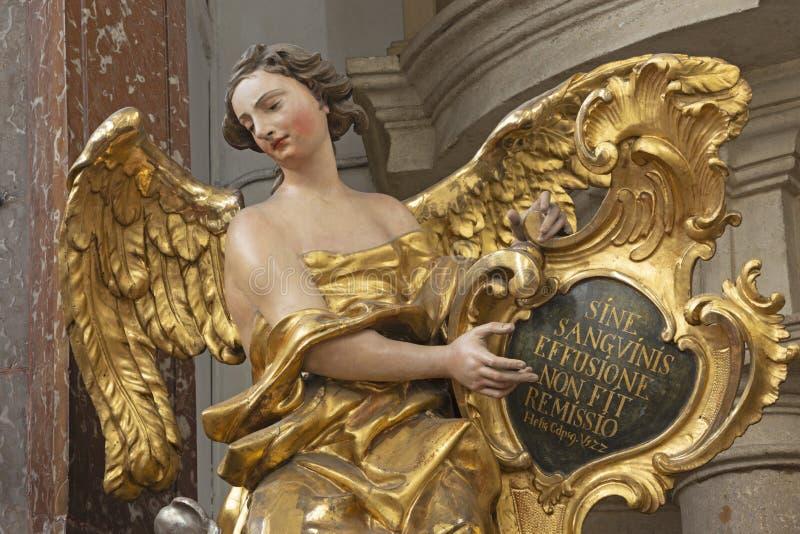 PRAGA, republika czech: Rze?bimy polichromuj? barokow? statu? anio? od bocznego o?tarza w St Francis Assisi ko?ci?? obrazy stock