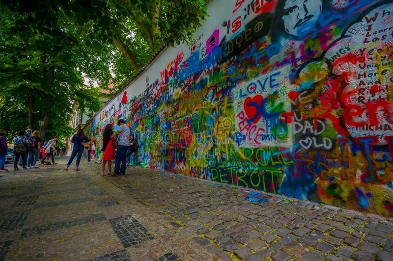 Praga, republika czech - 13 Sierpień, 2015: Sławna John Lennon ściana wypełniająca up z miłością inspirował graffiti w centrum mi fotografia stock