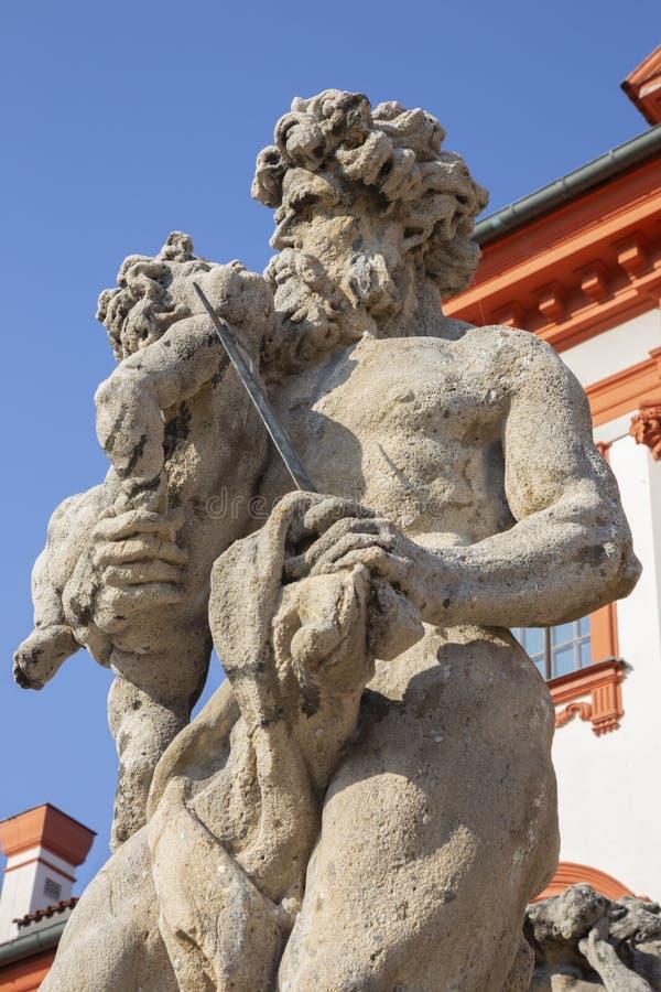 PRAGA, republika czech, 2018: Statua Cronos na schodkach barokowy pałac Trojsky zà ¡ mek Georg Paul Heermann zdjęcia stock