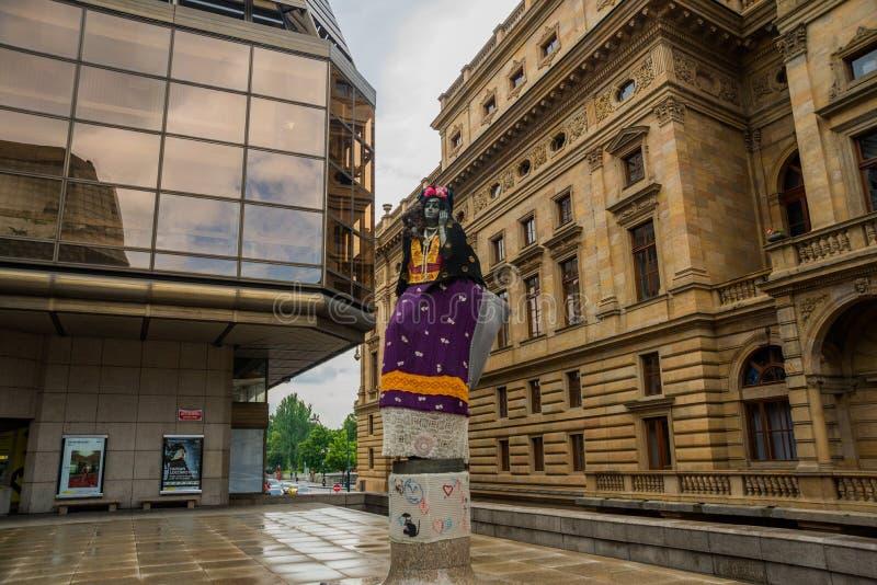 Praga, republika czech: statua kobieta przy teatrem w Praga Mieszkaniec odzież odziewa na rzeźbie fotografia stock