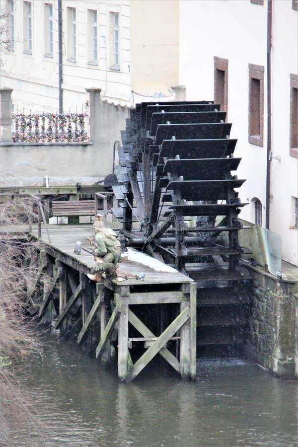 Praga, republika czech, Styczeń 2015 Stary wodny koło i kamienna postać na footbridge mężczyzna fotografia stock