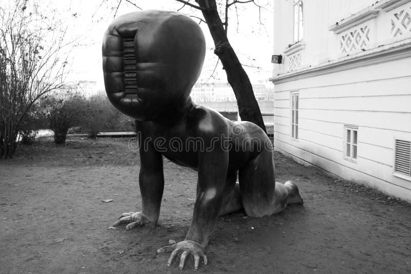 Praga, republika czech - Styczeń 27, 2014: ` dzieci ` rzeźbiarza David ÄŒernà ½ zdjęcie stock