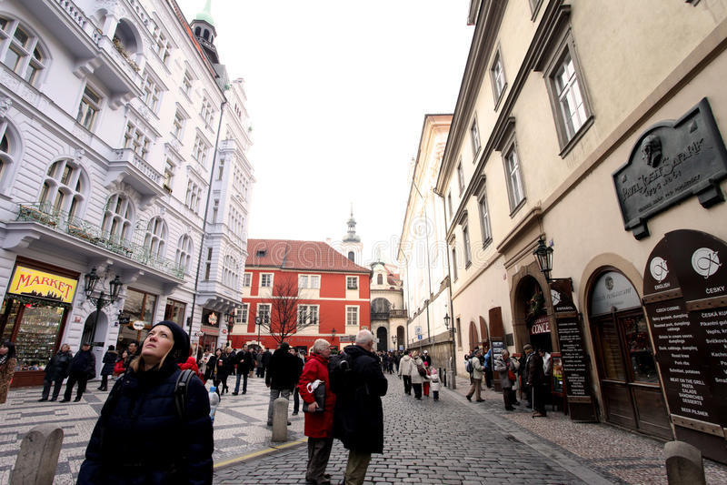 Praga, republika czech - Styczeń 27, 2014: Jeden popularna ulica dla turystów obraz stock