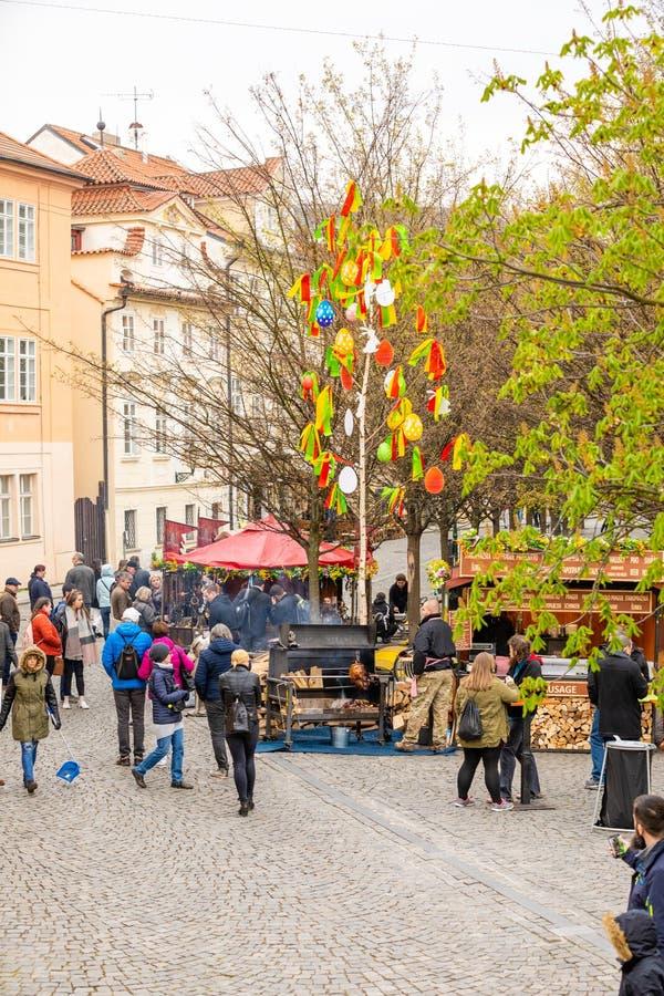 Praga, republika czech - 15 04 2019: Widok od Charles mostu zaludniać jest świętuje Easter przy jarmarkiem na kwadracie wewną obrazy stock