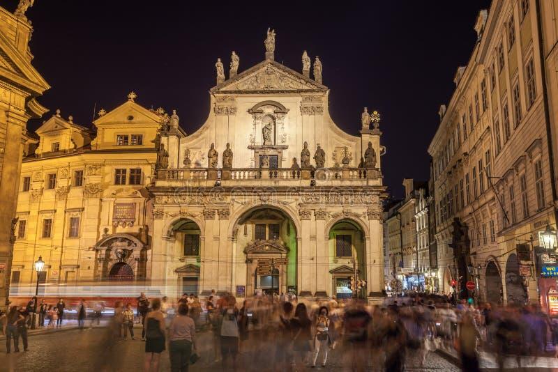 PRAGA, republika czech - 20 08 2018: Widok ulica w starym centrum Praga przy nocą - kapitałowy i wielki miasto zdjęcia stock