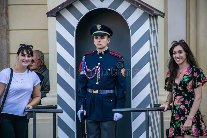 Praga, republika czech - Wrzesień, 18, 2019: Turyści pozuje z strażnikami gwardie honorowe przy prezydenckim obrazy stock