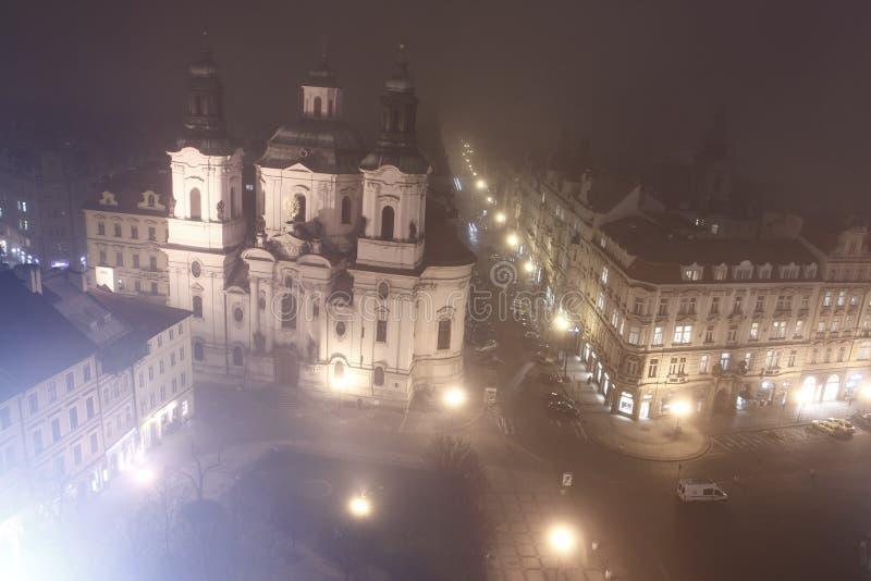 Praga in sera nebbiosa fotografia stock libera da diritti