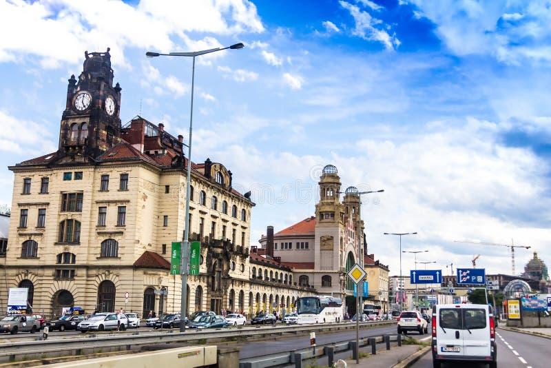Praga stacja kolejowa Praha Hlavni Nadrazi, główny dworzec, duży i ruchliwie otwierał w 1871 obrazy stock