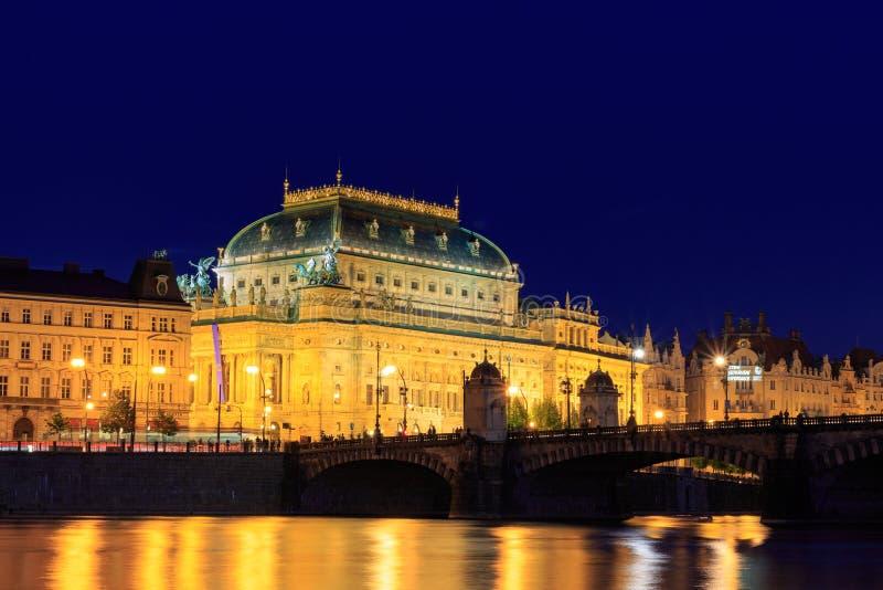 Praga, teatro nazionale nella notte Repubblica ceca immagini stock