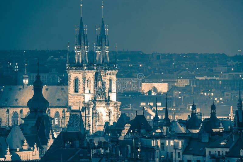 Praga, telhados velhos fantásticos da cidade na noite - vintage tonificado imagem de stock royalty free
