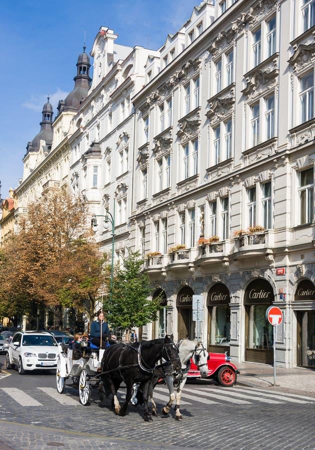 Praga, Tsjechische Republiek - 10 Oktober, 2013: Paard getrokken vervoer in Praag, Tsjechische Republiek stock afbeeldingen
