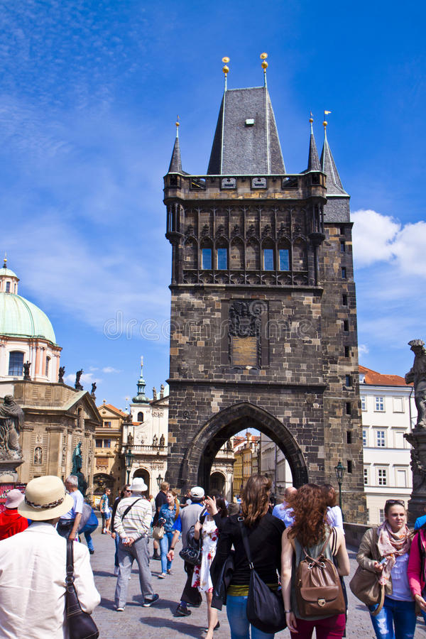 Praga, turistas en Charles Bridge fotos de archivo