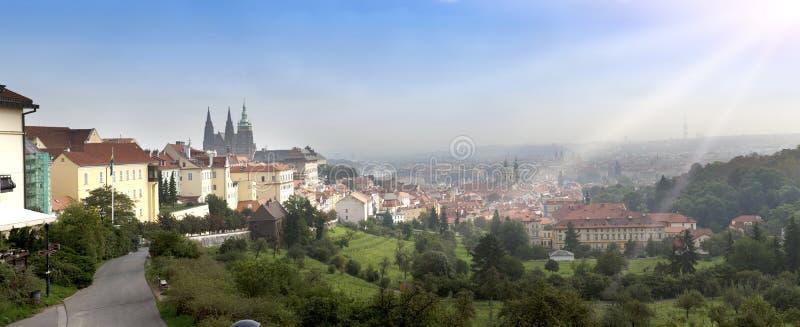 Praga, vista aérea de telhados velhos da cidade na cidade velha do olhar fixo Mesto de Praga imagens de stock