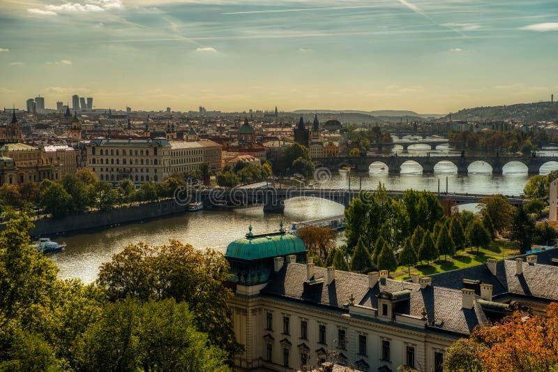 Praga, vista de los puentes de Praga y del río de Moldava imagen de archivo libre de regalías