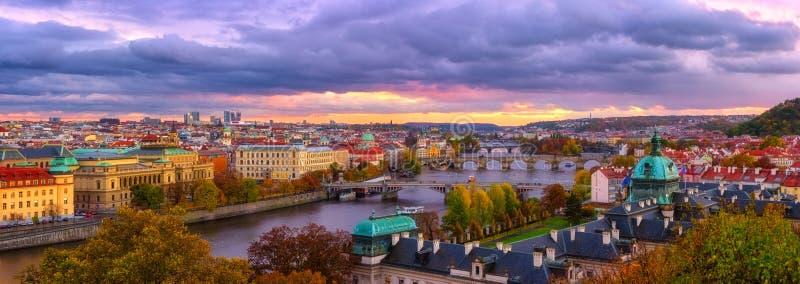 Praga, vista panoramica ai ponti storici, alla vecchia città ed al fiume della Moldava dal punto di vista popolare nel parco di L fotografia stock