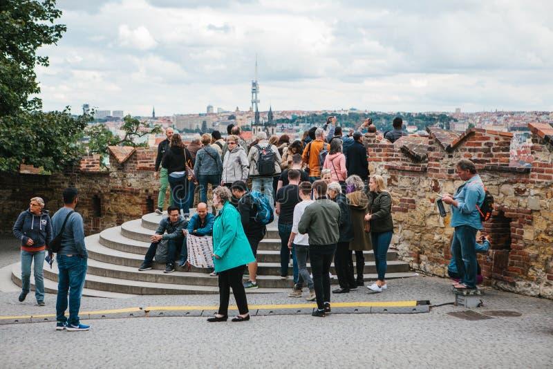 Praga, Wrzesień 18, 2017: Ludzie na obserwacja pokładzie podziwiają pięknych widoki miasto i komunikują obrazy royalty free