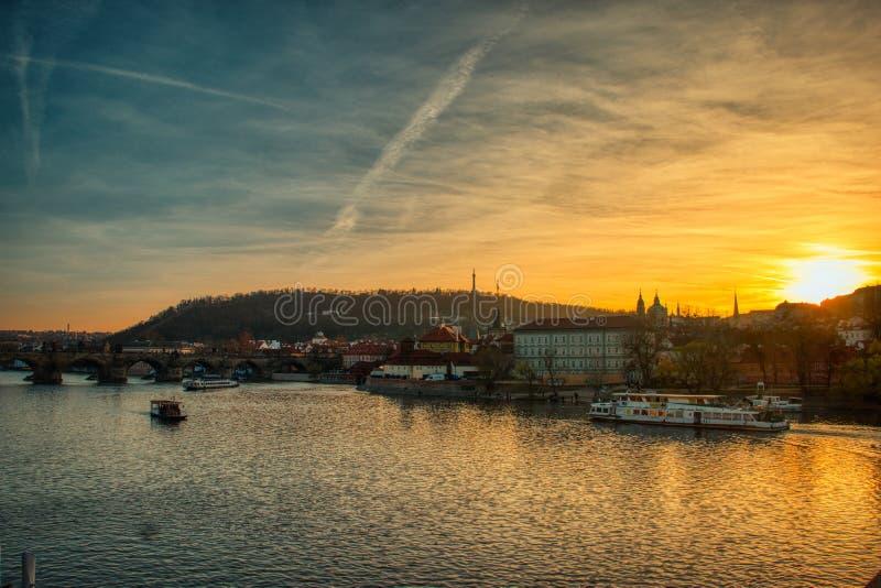 Praga zmierzch Vltava rzeką z łodziami grże światło zdjęcie royalty free