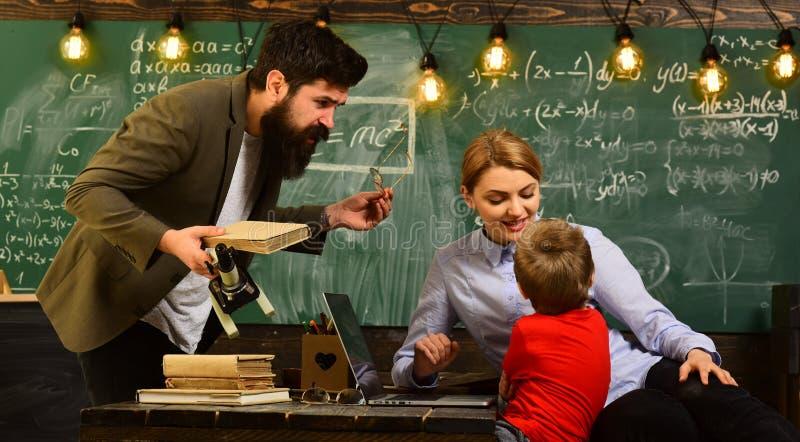 Pragnienie pomagać musi być w adiunkcie naturą, nauczyciel jego swój miłości learningTeacher inspiruje uczni z jego zdjęcie royalty free
