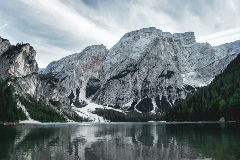 Pragser Wildsee pendant l'été d'une longue distance avec les nuages a photo stock