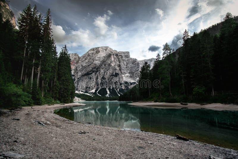 Pragser Wildsee pendant l'été d'une longue distance avec les nuages a images stock