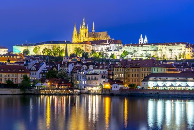 Pragslott med St Vitus-katedral över Lesser town Mala Strana nattetid i Tjeckien arkivfoton