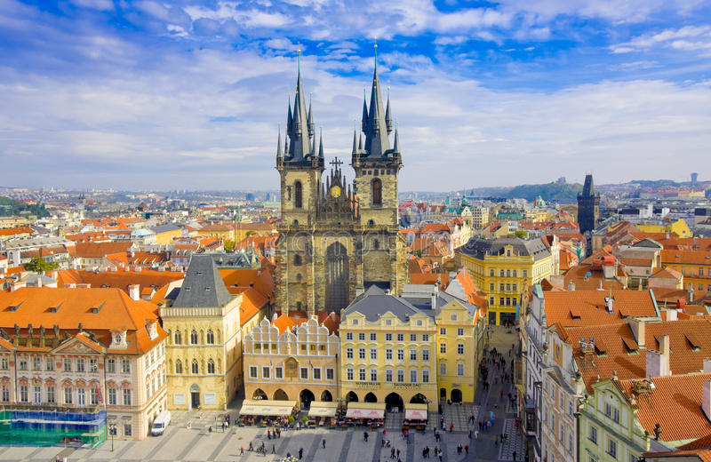 PRAGUA, REPÚBLICA CHECA octubre, 10: Plaza e iglesia viejas de la Virgen Maria Before Tyn, Praga, República Checa en octubre, 10, fotos de archivo