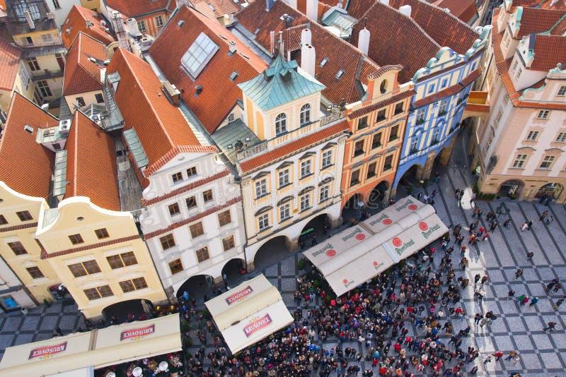 PRAGUA, REPÚBLICA CHECA octubre, 10: Turistas en la vieja plaza en el centro, Praga, República Checa en octubre, 10,2013. Uno imagen de archivo