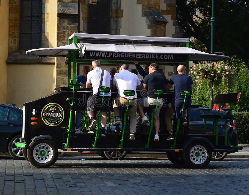 Prague ölcykel - stång på hjul royaltyfri foto