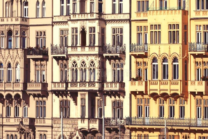 Prague arkitektur av byggnader, hus längs den Smetanovo invallningen royaltyfria bilder
