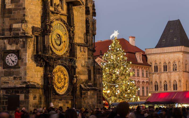 Prague astronomisk klocka och julgran arkivfoto