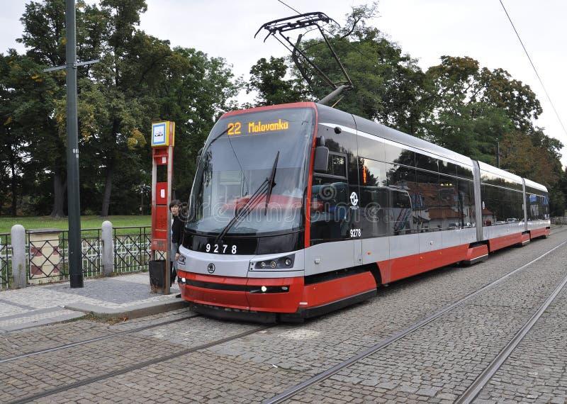Prague august 29: Modern artikulerad spårvagn i Prague, Tjeckien royaltyfri bild