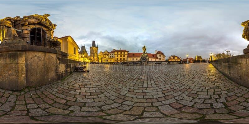 Prague - 2018: Charles Bridge på aftonen Höst sfärisk panorama 3D med vinkel för visning 360 ordna till för virtuell verklighet F royaltyfri foto