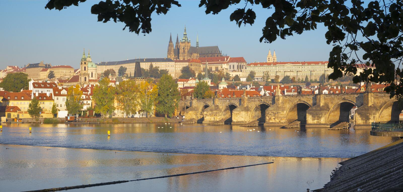 Prague - Charles Bridge, slotten och domkyrkan fr?n promenad ?ver den Vltava floden arkivbild