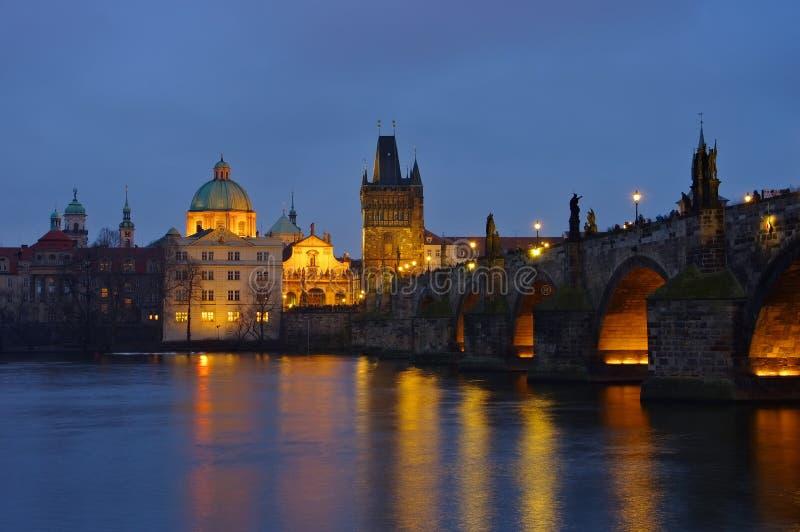 Prague Charles Bridge vid natt arkivbild