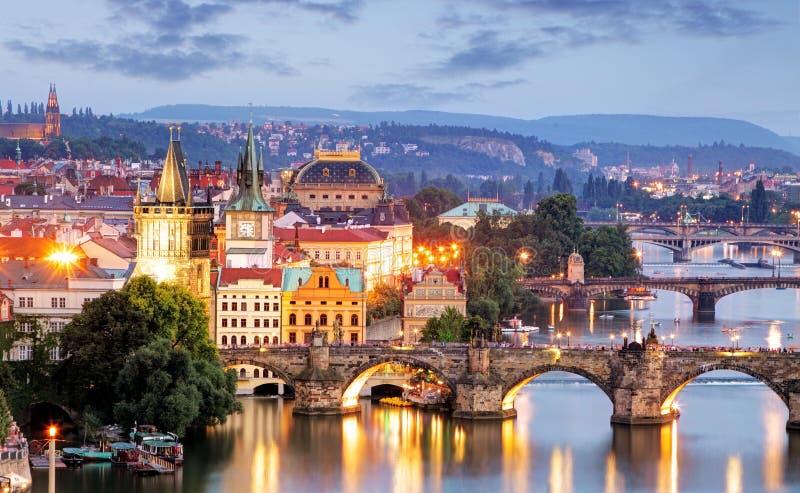 Prague cityscape på natten royaltyfri bild