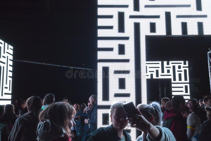 PRAGUE, CZ - 12 OCTOBRE 2017 : Les gens à l'axiome allument l'installation par Kit Webster au festival 2017 de signal lumineux de image libre de droits