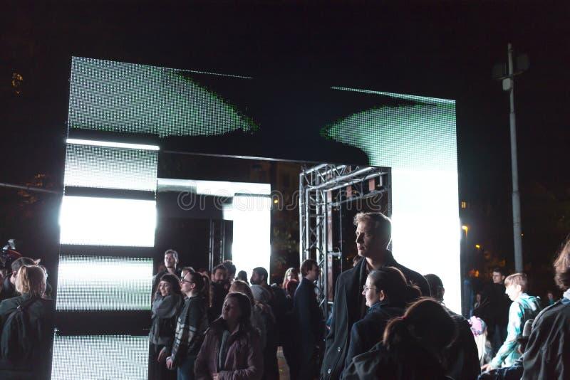 PRAGUE, CZ - 12 OCTOBRE 2017 : Les gens à l'axiome allument l'installation par Kit Webster au festival 2017 de signal lumineux de images stock