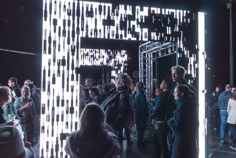 PRAGUE, CZ - 12 OCTOBRE 2017 : Les gens à l'axiome allument l'installation par Kit Webster au festival 2017 de signal lumineux de photographie stock libre de droits