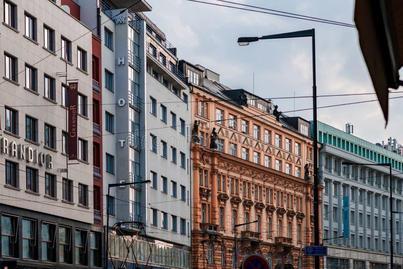 PRAGUE, CZECHIA - 10 AVRIL 2019 : Édifices hauts colorés lumineux trouvés au centre de la ville de Prague photographie stock
