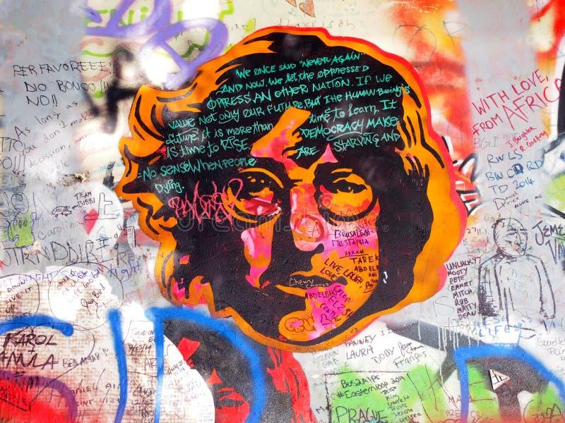 PRAGUE CZECHIA - SEPTEMBER 25: John Lennon Wall på September 25, 2014 i Prague Sedan 80-tal väggen har fyllts med John fotografering för bildbyråer