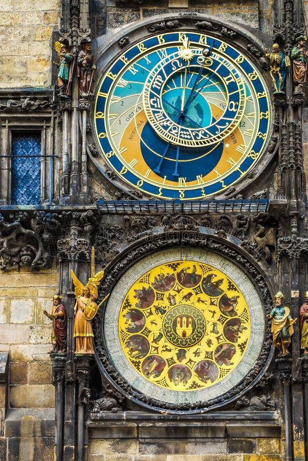 Prague den astronomiska klockan monterade på den sydliga väggen av det gamla stadshuset i den gamla stadfyrkanten arkivbild