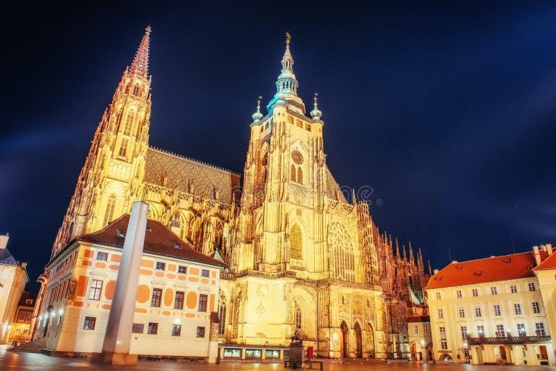 Prague Domkyrka för St Vitus san för natt för fjärdbroca francisco tid royaltyfri bild