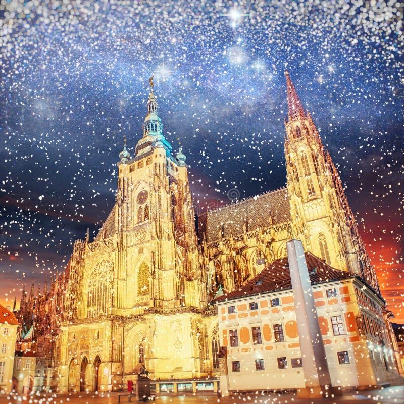 Prague Domkyrka för St Vitus Stjärnklar himmel för nattetid, bokehbackgr arkivbilder